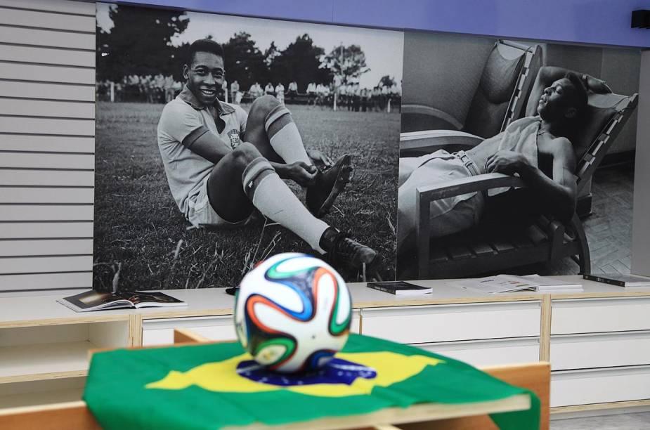 Na lojinha do Museu, vários itens que lembram a vida em campo do Rei do Futebol