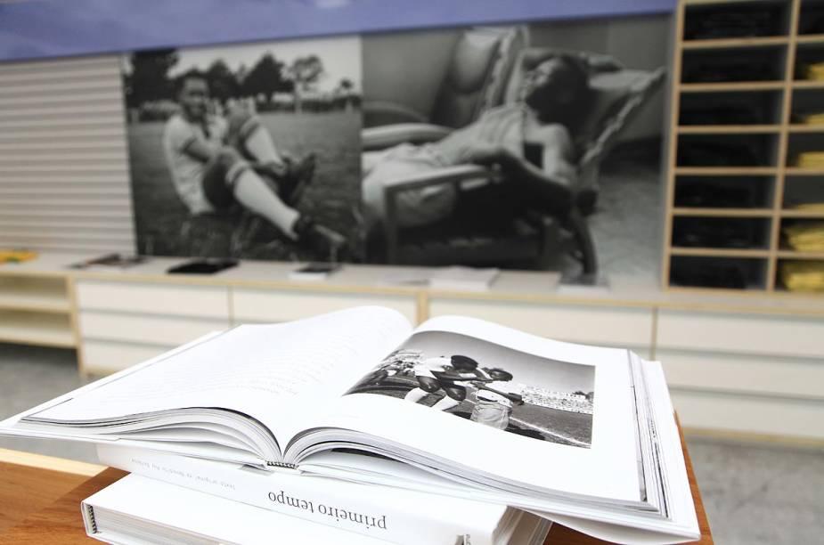 Livros que relatam a história do jogador estão expostos no Museu em Santos (SP)