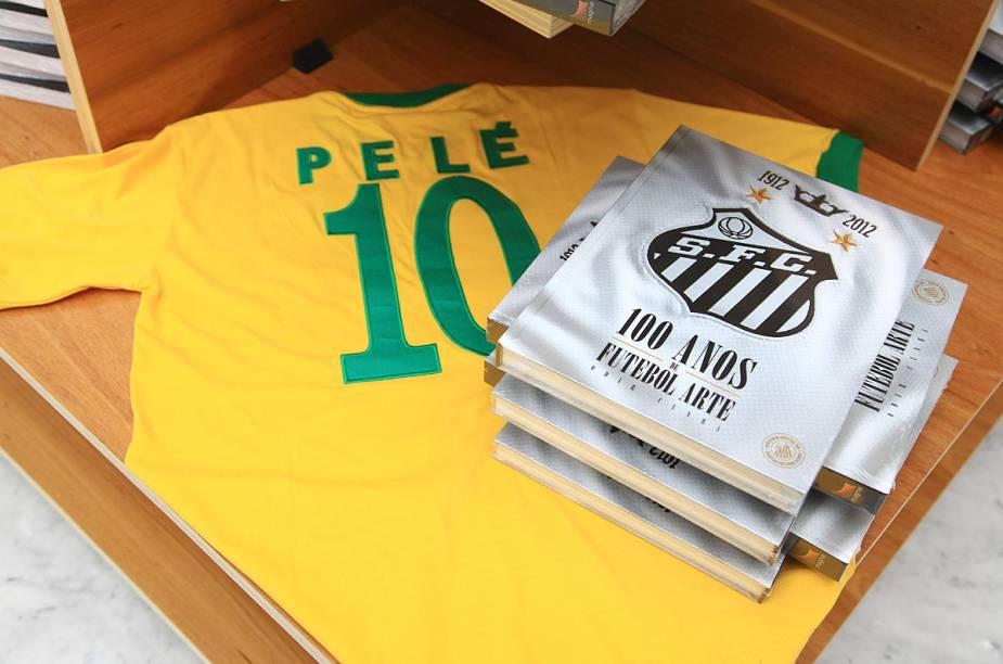 Loja do Museu Pelé vende livros e réplicas de camisetas usadas pelo jogador na seleção brasileira