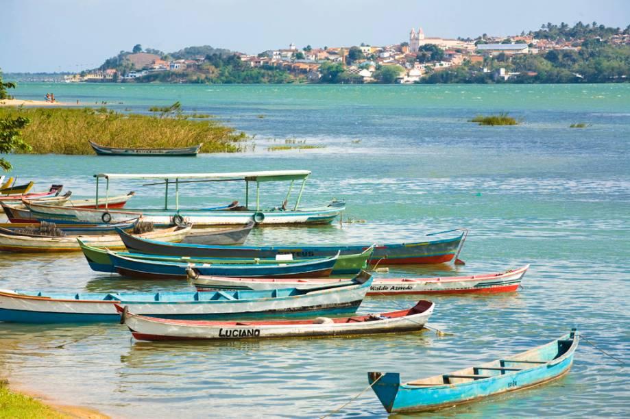 """Barcos """"descansam"""" às margens do Rio São Francisco"""