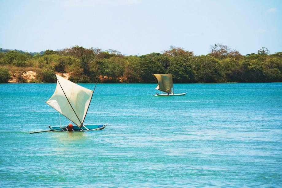 Os barcos de vela quadrada são típicos da região da Foz do Rio São Francisco
