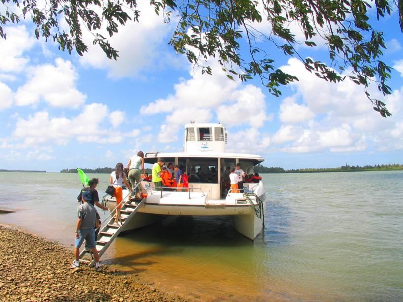 Uma das grandes atrações de Penedo é ir, de barco ou bugue, até a foz do Rio São Francisco