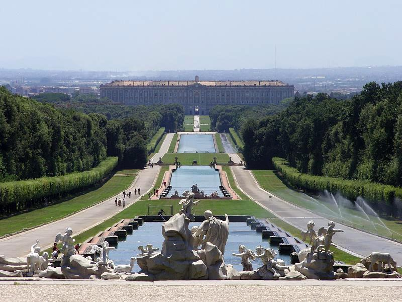 """Muito bem conservado, o Palácio de Caserta tem o título de Patrimônio da Humanidade pela Unesco. Localizado a 35 quilômetros de Nápoles, seus amplos jardins são um passeio que complementam à perfeição a suntuosidade setecentista do edifício principal <strong><a href=""""http://viajeaqui.abril.com.br/materias/fotos-dos-mais-belos-jardins-do-mundo"""" rel=""""LEIA MAIS"""" target=""""_blank"""">LEIA MAIS</a></strong>"""