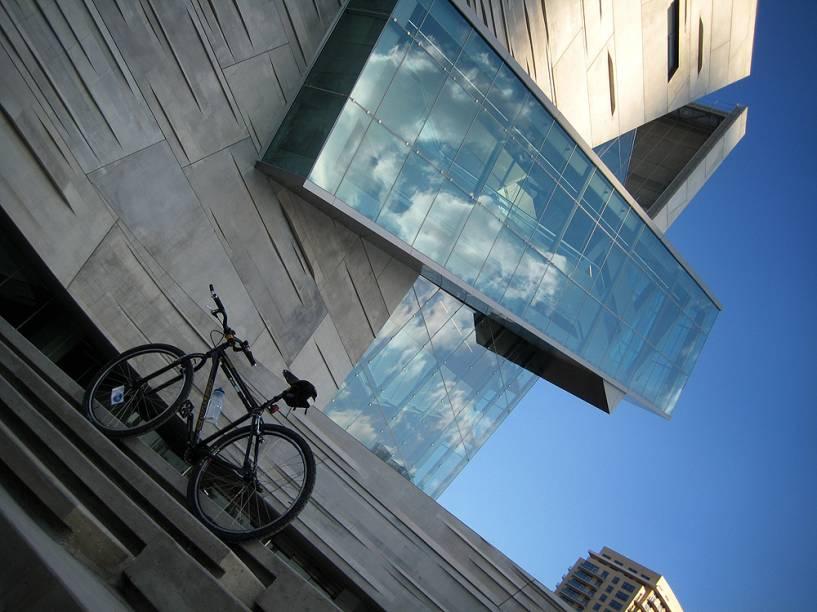 """<strong>Perot Museum of Nature and Science, Dallas, EUA</strong>Quem é um pouco mais velho (tipo, 40 anos) vai se lembrar de Ross Perot, o milionário americano que se candidatou à presidência dos EUA desafiando democratas e republicanos. Perdeu, é claro. Seu legado mais concreto é o Museu Perot de Natureza e Ciência de <a href=""""http://viajeaqui.abril.com.br/cidades/estados-unidos-dallas"""" rel=""""Dallas"""">Dallas</a>. A fabulosa unidade em Victory Park foi projetada pelo ganhador do Pritzker de 2005, Thom Mayne, da firma Morphosis"""
