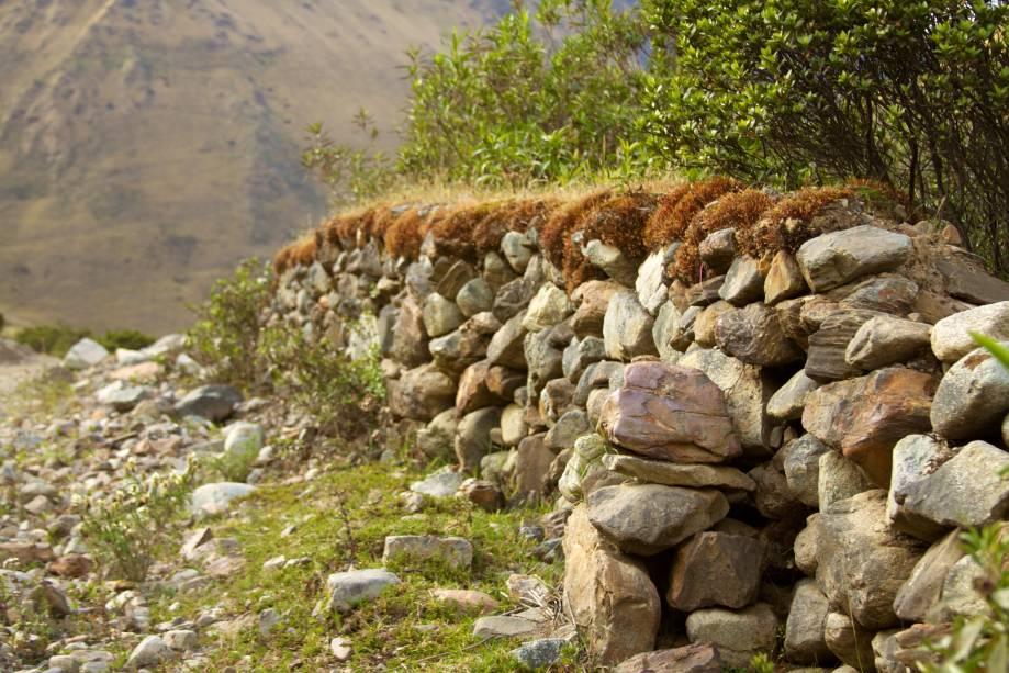 <strong>Trilha Salcantay – Peru</strong>Ao longo da trilha, caminhantes encontram muros de pedra inca pelo vale do rio Urubamba, que servem até hoje para conter ovelhas, vacas e alpacas dos pastores da região