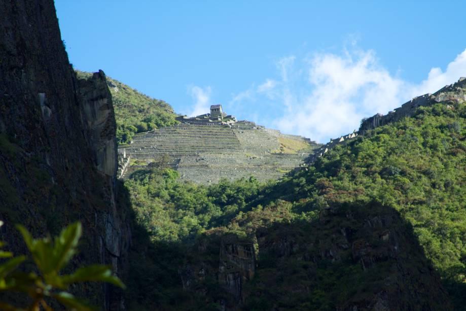 <strong>Trilha Salcantay – Peru</strong>Ainda que não chegue diretamente em Machu Picchu, as ruínas da cidade aparecem no horizonte no final da caminhada. As construções ao longe (foto) são da Casa do Guardião da Pedra Funerária, no topo de terraços usados para agricultura