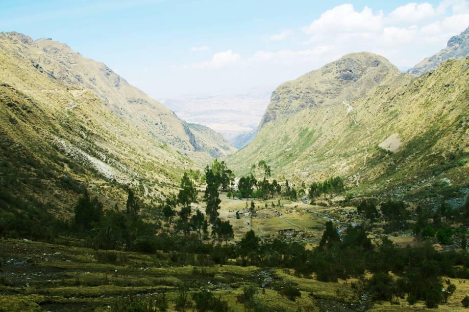 <strong>Trekking pelo Vale de Lares – Peru</strong>Um dos melhores trekkings para entrar em contato com povoados que ainda preservam modo de vida ancestral. Viajantes passam por sítios arqueológicos incaicos, visitam vilarejos agrícolas, comunidades indígenas e famílias de tecelões em um trajeto que leva 4 dias e tem trechos a 4.400 metros de altitude