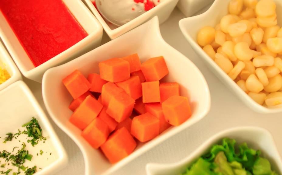 Alguns ingredientes que compõem o ceviche: molho é preparado à base de sal, alho, pimenta do reino e gengibre; o camote (tipo de batata doce) e, claro, o choclo (milho), além de adereços como alface e cebola roxa, entre outros