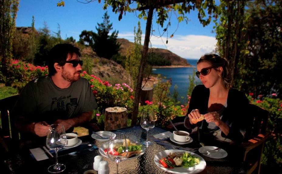 Casal desfruta de almoço no terraço do Isla Suasi, hotel exclusivo na ilha homônima do Lago Titicaca, única de propriedade particular no pedaço
