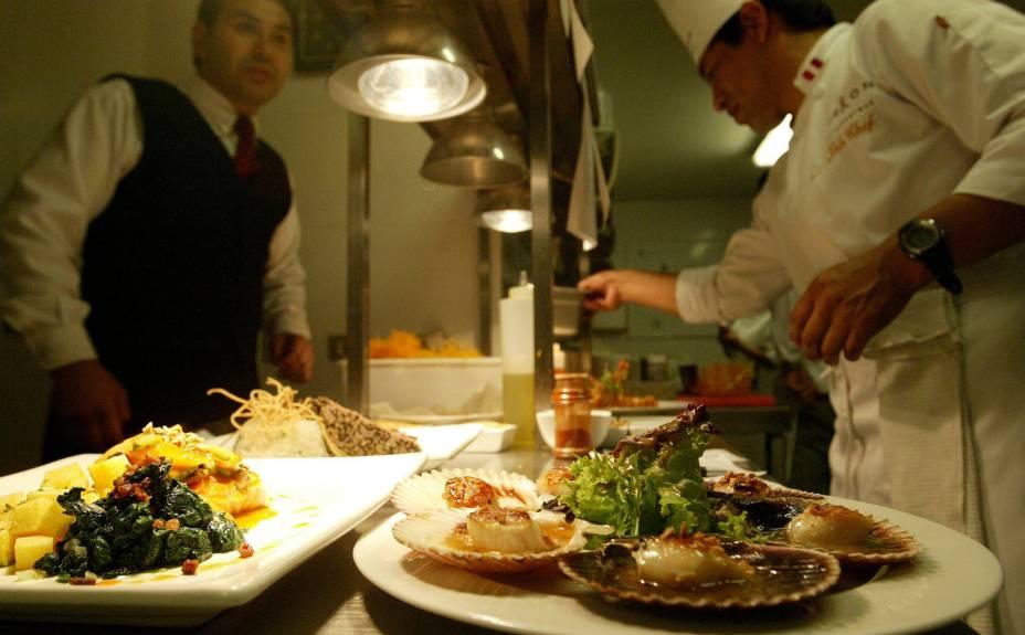 Na cozinha dos grandes restaurantes peruanos não podem faltar frutos do mar, batatas (papas), milho (choclo) e rocotos (pimentas)