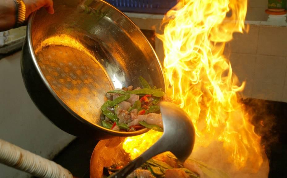 Favas, rocoto (pimentas) e carne (fatiada no sentido contrário ao das fibras para ficar tenra) flambadas no preparo do lomo saltado; nota-se influência asiática no uso do wok