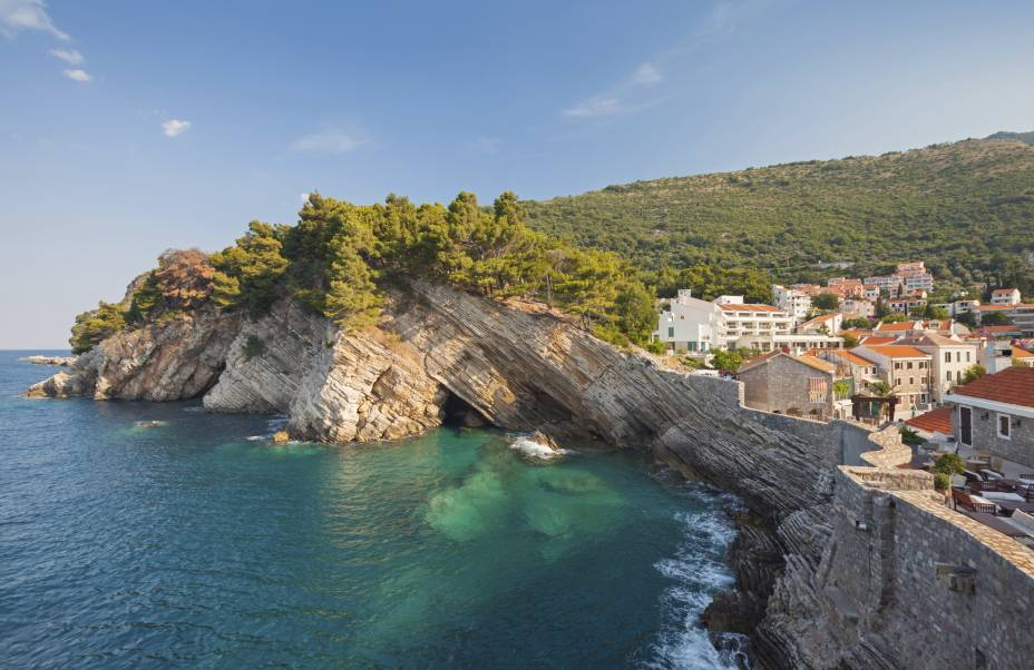 """<strong>Petrovac, Budva, Montenegro</strong>        Antiga vila de pescadores, a ilha tem trechos bem tranquilos, ideal para famílias. Por aqui, a paisagem é marcada por bosques e colinas ao seu redor. A região também inclui pequenos cafés e restaurantes que valem a visita        <em><a href=""""http://www.booking.com/city/me/budva.pt-br.html?sid=5b28d827ef00573fdd3b49a282e323ef;dcid=4aid=332455&label=viagemabril-as-mais-belas-praias-do-mediterraneo"""" rel=""""Veja preços de hotéis em Budva no Booking.com"""" target=""""_blank"""">Veja preços de hotéis em Budva no Booking.com</a></em>"""