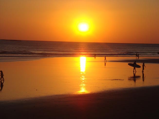 O atardecer dourado da praia <strong>Tamarindo</strong>, na <strong>costa do Pacífico</strong>, é bem acompanhado de bons drinks com o pé na areia. Alguns dos hoteis dessa praia ficam nas colinas e oferecem vistas excelentes do oceano e da vegetação do entorno.