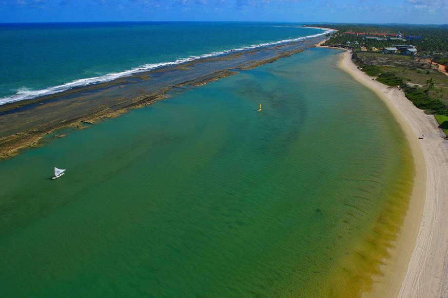 Vista aérea da Praia Muro Alto. A formação do local – um lago limitado por um paredão de recifes – é ideal para a prática de caiaque e windsurf