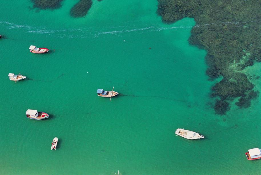 Vista aérea de Porto de Galinhas. Barcos e jangadas levam o turista até as piscinas naturais do local