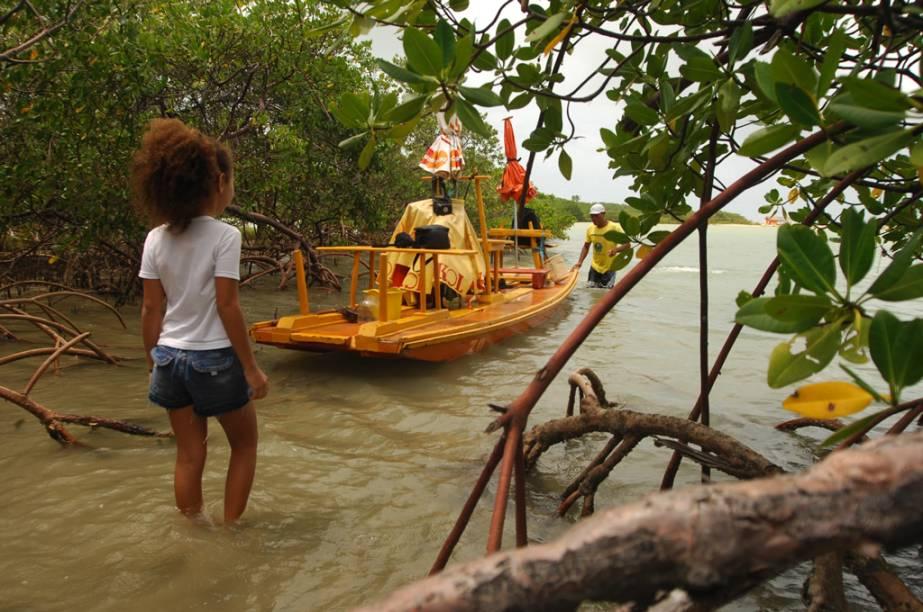 O passeio de jangada pelo Rio Maracaípe, que dura 40 minutos, inclui a passagem por um manguezal