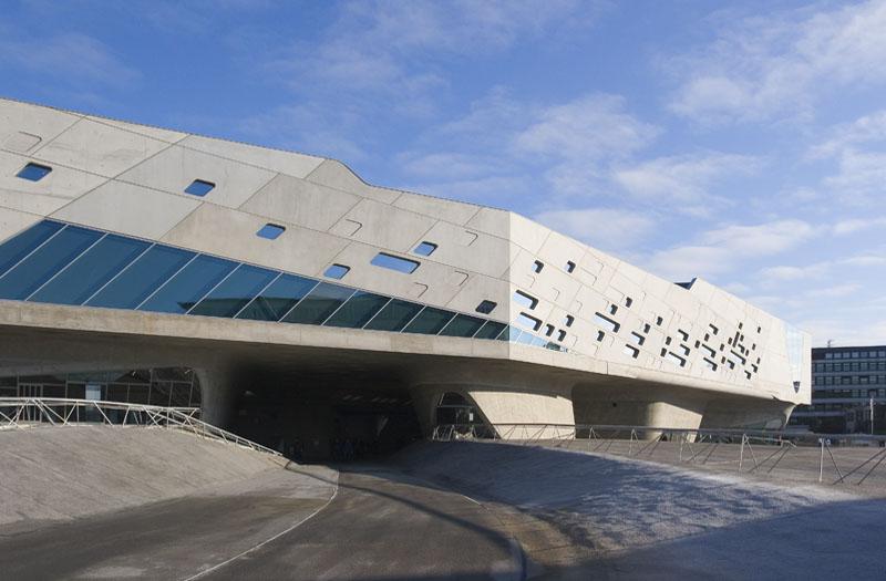 """Conhecida por abrigar a sede da Wolkswagen, Wolfsburg, na região metropolitana de Hannover, também tem um projeto de Zaha: o ótimo museu de ciências<a href=""""http://www.phaeno.de/home-en"""" rel=""""Phaeno Science Center, """" target=""""_blank"""">Phaeno Science Center</a>"""