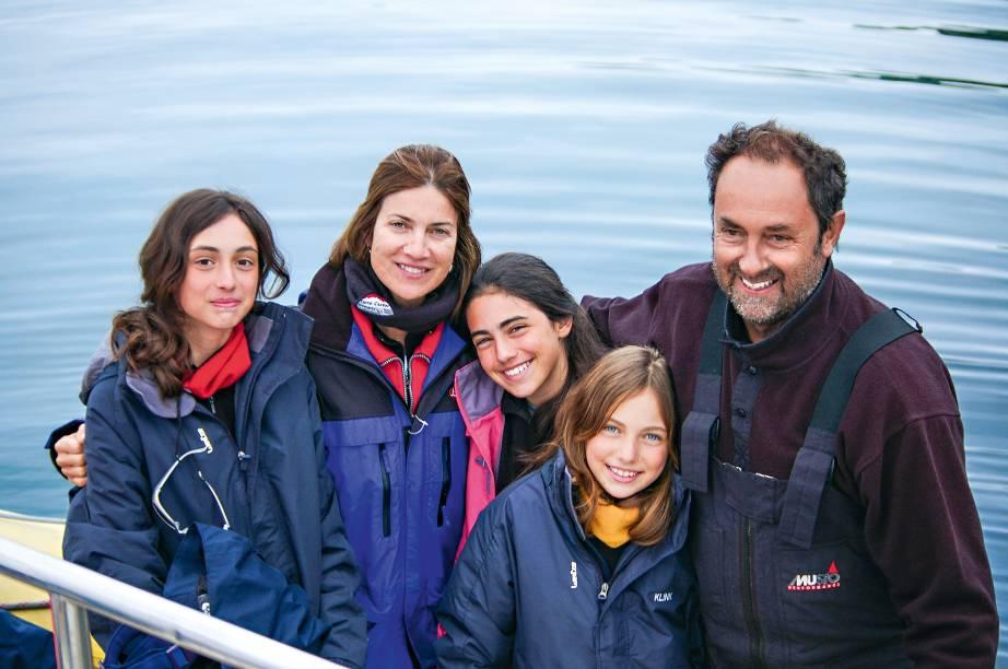 """A família Klink sempre está viajando – por terra, por ar e por mar. Em muitas das aventuras, Amyr leva a esposa fotógrafa, Marina, e as três filhas (Laura e Tamara de 17 anos, e Marininha, de 15). As meninas já foram com os pais diversas vezes à <a href=""""http://viajeaqui.abril.com.br/continentes/antartica"""" rel=""""Antártica"""" target=""""_blank"""">Antártica</a> e, no ano passado, a turma percorreu mais de 6 mil quilômetros de 4x4 pelas estradas da Namíbia e da <a href=""""http://viajeaqui.abril.com.br/paises/africa-do-sul"""" rel=""""África do Sul"""" target=""""_blank"""">África do Sul</a>"""
