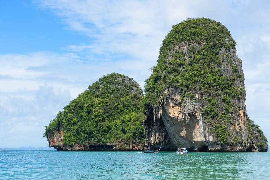 """<strong>Phra Nang Beach, Krabi,<a href=""""http://viajeaqui.abril.com.br/paises/tailandia"""" rel=""""Tailândia"""" target=""""_self"""">Tailândia</a></strong>    O mar calmo e de águas cristalinas convidam o visitante a fazer passeios de barco. Em seu entorno, há enseadas e penhascos cobertos por vegetação. Do alto de seus rochedos, é possível ter uma visão privilegiada do local    <em><a href=""""http://www.booking.com/region/th/krabi.pt-br.html?aid=332455&label=viagemabril-praias-da-malasia-tailandia-indonesia-e-filipinas"""" rel=""""Veja preços de hotéis em Krabi no Booking.com"""" target=""""_blank"""">Veja preços de hotéis em Krabi no Booking.com</a></em>"""