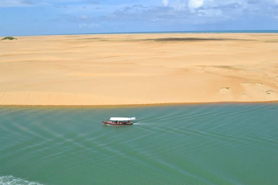 """No extremo sul do litoral alagoano, a <a href=""""http://viajeaqui.abril.com.br/estabelecimentos/br-al-penedo-atracao-do-peba"""">praia do Peba</a> fica em Piaçabuçu, em uma área de proteção ambiental – o que a torna ainda mais especial: ali é lugar de desova de tartarugas marinhas. As dunas dominam a paisagem por 22 quilômetros, até a foz do Rio São Francisco. Para chegar lá, é preciso contratar um bugue autorizado no Pontal do Peba"""