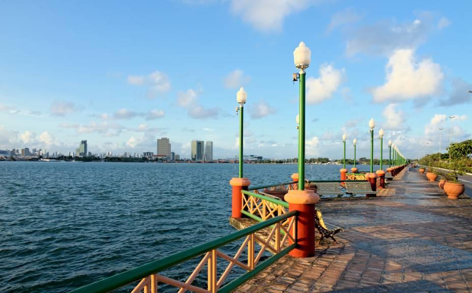 """Em <strong><a href=""""http://viajeaqui.abril.com.br/cidades/br-pe-recife"""" rel=""""Recife"""" target=""""_self"""">Recife</a></strong>, o <strong>Cais José Estelita</strong> liga os bairros de Cabanga e São José - e foi alvo de polêmicas graças ao projeto Novo Recife, que prevê a contrução de prédios em um dos mais emblemáticos cartões-postais da cidade. Manifestações populares e o movimento Ocupe Estelita protestam contra o andamento do projeto"""