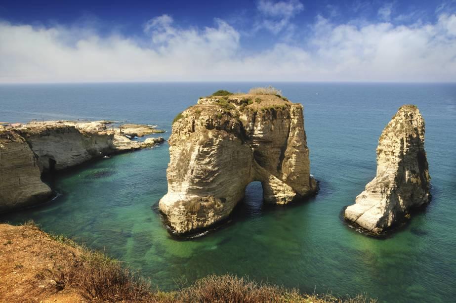 """<strong>Pigeons Rock, Beirute, Líbano </strong>            As rochas são consideradas como o cartão-postal da cidade, oferecendo uma visão deslumbrante ao turista. Seu entorno é favorável à prática de caminhadas, de onde se pode clicar a paisagem local            <em><a href=""""http://www.booking.com/city/lb/beirut.pt-br.html?sid=5b28d827ef00573fdd3b49a282e323ef;dcid=4aid=332455&label=viagemabril-as-mais-belas-praias-do-mediterraneo"""" rel=""""Veja preços de hotéis em Beirute no Booking.com"""" target=""""_blank"""">Veja preços de hotéis em Beirute no Booking.com</a></em>"""