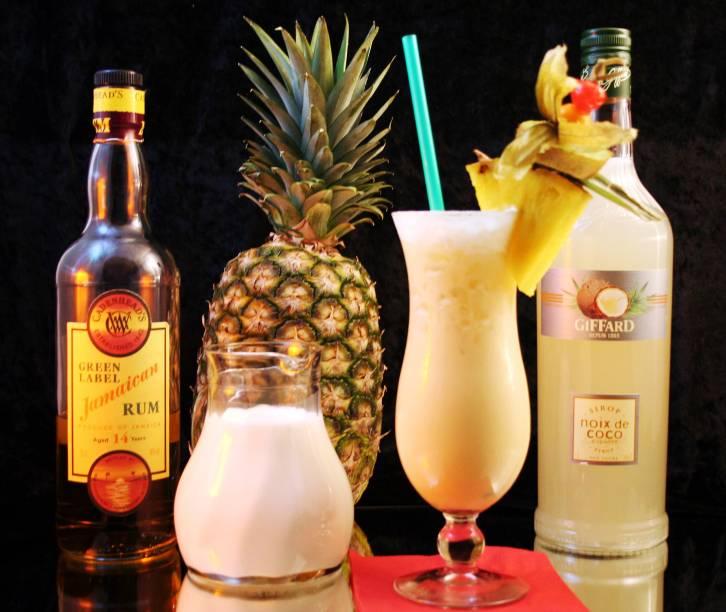 """<strong>4. Piña Colada – Porto Rico</strong>                    Rum, leite de coco e suco de abacaxi compõem esse drink que casa perfeitamente com uma tarde de preguiça em uma praia caribenha. A Piña Colada é a bebida oficial de Porto Rico desde 1978 e ganhou o mundo graças à canção """"Escape"""", de Rupert Holmes, também conhecida como """"<a href=""""https://www.youtube.com/watch?v=vLom-87AmO8"""" rel=""""A música da Piña Colada"""" target=""""_blank"""">A música da Piña Colada</a>"""", lançada em 1979. Você já a escutou, com certeza.                    <strong>Experimente em casa:</strong>bata no liquidificador 3 partes de rum branco, 3 partes de leite de coco, 9 partes de suco de abacaxi e gelo até adquirir uma consistência cremosa. Sirva em um copo alto (esse de base bojuda e boca larga é o clássico para Piña Colada) e decore com uma fatia de abacaxi ou uma cereja marrasquino."""