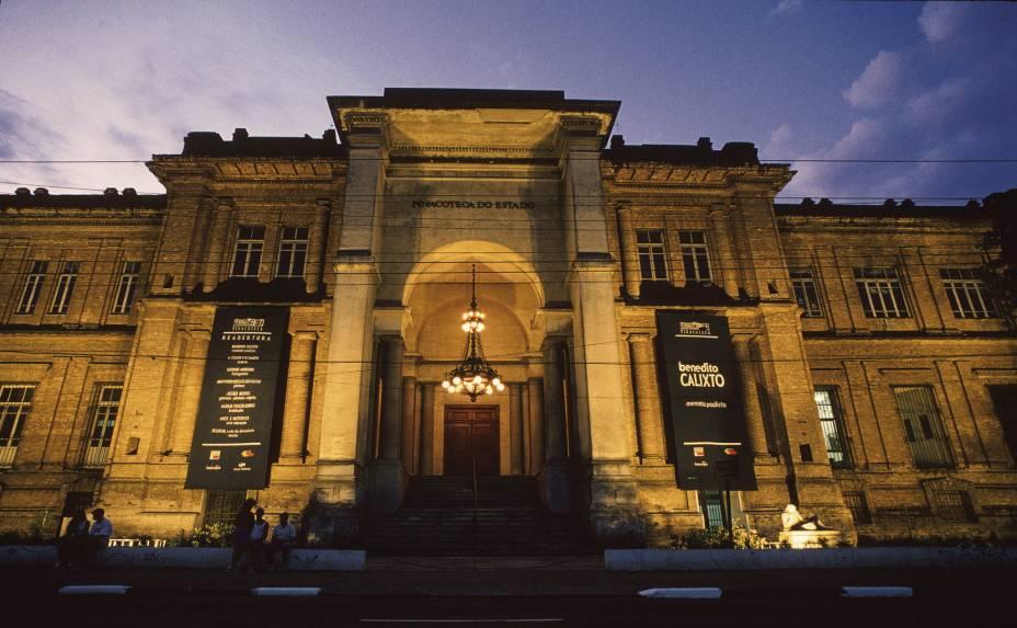 """<a href=""""http://viajeaqui.abril.com.br/estabelecimentos/br-sp-sao-paulo-atracao-pinacoteca-do-estado"""" rel=""""Pinacoteca do Estado""""><strong>Pinacoteca do Estado</strong></a><br />    <br />    O prédio de tijolos aparentes projetado por Ramos de Azevedo foi o primeiro museu de arte de São Paulo, inaugurado em 1905 no bairro da Luz. O prédio foi restaurado em 1998, e hoje a Pinacoteca abriga em seu acervo uma coleção de arte brasileira dos séculos 19 e 20, que está entre as mais conservadas e importantes do país.<br />"""