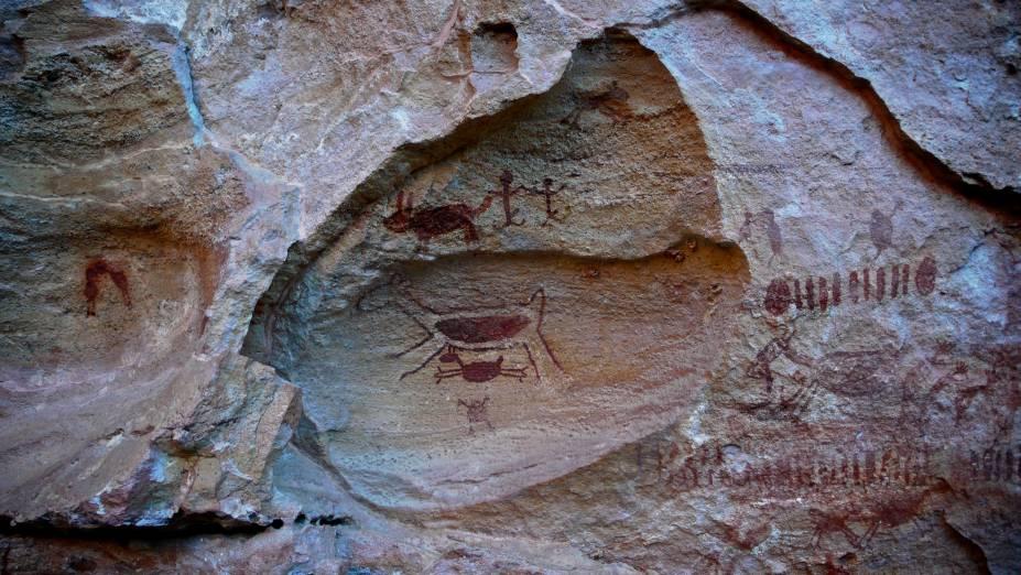 As pinturas costumam retratar episódios da vida cotidiana pré-histórica. Há cenas de sexo, caça, lutas...