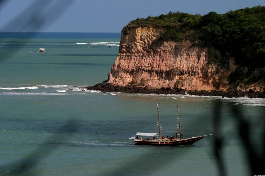 O passeio de barco é uma das formas de conhecer as praias da região