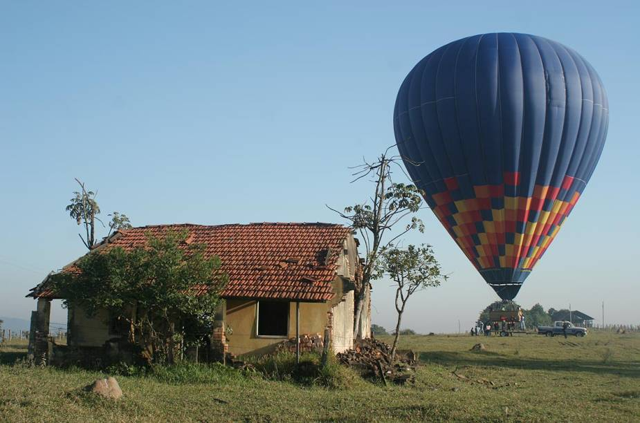 """Algumas cidades do <a href=""""http://viagemeturismo.abril.com.br/paises/brasil/"""">Brasil</a>também oferecem estrutura para passeios de balão. É o caso de <a href=""""http://viagemeturismo.abril.com.br/cidades/piracicaba/"""" target=""""_blank"""">Piracicaba</a>(foto), <a href=""""http://viagemeturismo.abril.com.br/cidades/boituva-3/"""" target=""""_blank"""">Boituva</a>, <a href=""""http://viagemeturismo.abril.com.br/cidades/sorocaba/"""" target=""""_blank"""">Sorocaba</a>, <a href=""""http://viagemeturismo.abril.com.br/cidades/torres-2/"""" target=""""_blank"""">Torres</a> e <a href=""""http://viagemeturismo.abril.com.br/cidades/rio-claro/"""" target=""""_blank"""">Rio Claro</a>, que são as mais conhecidas. Para voar é necessário agendar o passeio previamente com uma agência especializada."""