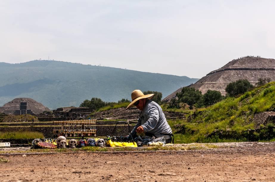 <strong>2. Pirâmide do Sol –Teotihuacán – México</strong>É possível subir até o topo da pirâmide para admirar as outras construções do sítio arqueológico de Teotihuacán e as belas montanhas em volta. A escada que leva até o alto tinha 260 degraus (hoje tem apenas 238), número que tem relação com o calendário teotihuacano. A pirâmide é constituída de montículos de terra recoberta com pedaços de lava vulcânica petrificada e acreditava-se que era um monumento maciço até que foram encontradas oferendas ocultas e túneis em seu interior (ainda estão sendo investigados).A Pirâmide do Sol fica a poucas horas da Cidade do México, cujo centro histórico tem duas ruínas de pirâmides importantes que foram destruídas pelos espanhóis e suas pedras utilizadas para construção de igrejas e outros edifícios