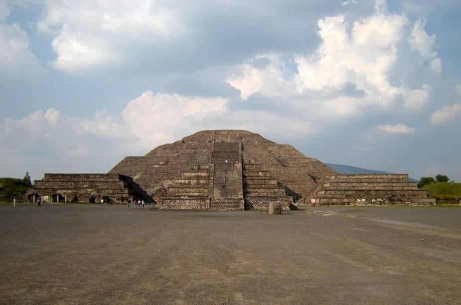 Atualmente, milhares de turistas desembarcam todos os dias para conhecer a Pirâmide da Lua (foto), com 44 metros de altura, e a Pirâmide do Sol. Ou simplesmente caminhar pelos quatro quilômetros que formam a Calçada dos Mortos ou para visitar a pirâmide de Quetzalcoatl
