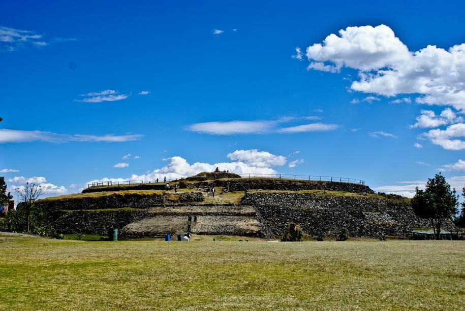 <strong>8. Pirâmide de Cuicuilco – Cuicuilco – México</strong>Ainda que não seja lá muito alta, a pirâmide de Cuicuilco se destaca por ser uma das únicas pirâmides redondas do mundo. Localizada ao sul da Cidade do México, no extremo sul do que foi o lago Texcoco, o sítio arqueológico poderia ser a cidade mais antiga do Vale do México, relacionada à cultura Olmeca e construída entre 800 e 600 a.C. A região foi destruída e abandonada de vez após erupção do vulcão Xitle por volta do século 4 d.C. e seus habitantes teriam fugido para as cidades de Teotihuacán