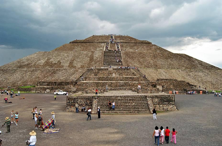 """<strong>2. Pirâmide do Sol – Teotihuacán – México</strong>Com 71 metros de altura e 223 metros de cada lado, é uma das pirâmides mais altas do mundo todo. Foi construída entre os anos 1 e 150 d.C. por uma civilização que deixou poucos vestígios além das grandes construções. É o maior monumento de Teotihuacán, que foi uma das maiores cidades pré-hispânicas mesoamericanas. O nome """"Teotihuacán"""" é de origem asteca e significa """"cidade dos deuses"""". Astecas encontraram a cidade já em ruínas e fizeram dela cenário de alguns de seus mitos fundamentais – o local já era destino turístico e místico antes da chegada dos espanhóis ao continente"""