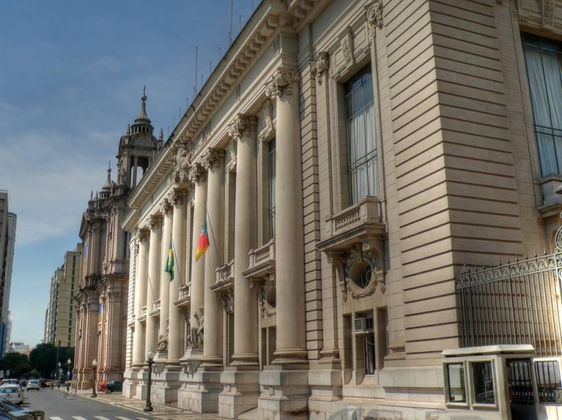 """<a href=""""http://viajeaqui.abril.com.br/estabelecimentos/br-rs-porto-alegre-atracao-palacio-piratini"""" rel=""""Palácio Piratini""""><strong>Palácio Piratini</strong></a>Sede oficial do Governo do Estado, a construção em estilo neoclássico completou 90 anos em 2011. Getúlio Vargas foi o primeiro governador a morar na ala presidencial do palácio, que não está ocupada atualmente ( e é fechada ao público). A visita guiada mostra os belos salões do piso superior, onde há pinturas do italiano Aldo Locatelli.<strong>Onde:</strong> Praça Marechal Deodoro (Centro)<strong>Horário de Funcionamento:</strong> de segunda a sexta, das 9h às 11h e das 14h às 17h"""