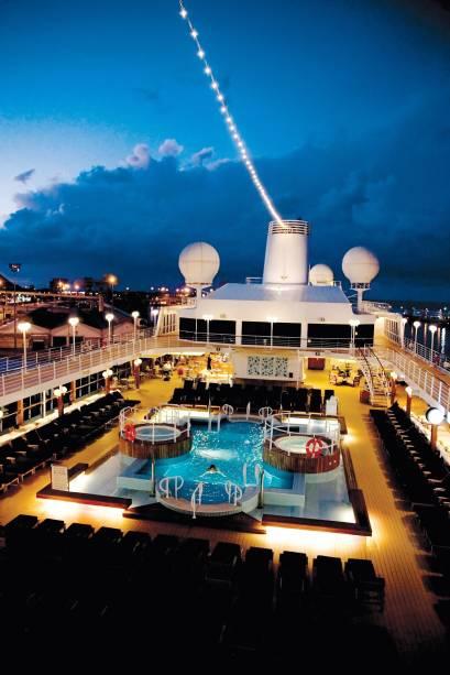 Piscina do navio de cruzeiros Azamara Quest, da companhia Royal Caribbean International.