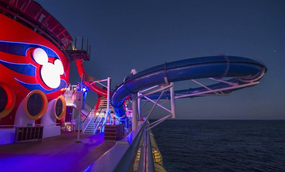 À noite, a piscina do Disney Magic fica com esse visual neon