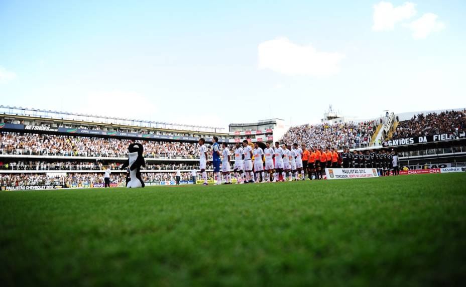Jogadores de Santos e Corinthians, perfilados, em respeito ao hino nacional, na Vila Belmiro