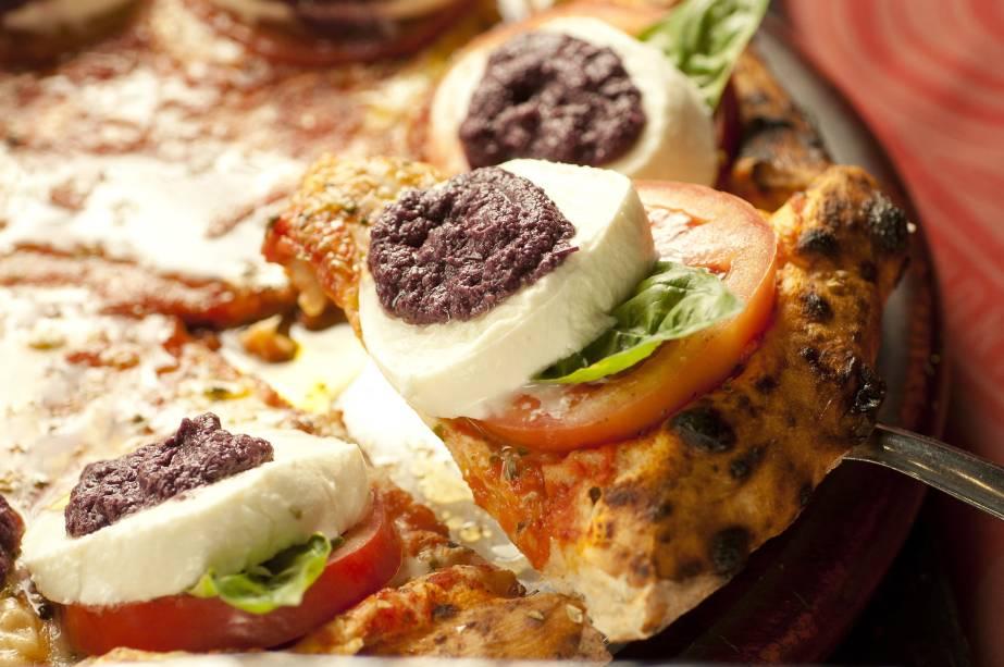 """A pizzaria <a href=""""http://www.oficinadepizzas.com.br/"""" rel=""""Bráz"""" target=""""_blank"""">Bráz</a>(a filial de Moema)também tem o saborcaprese em seu cardápio"""