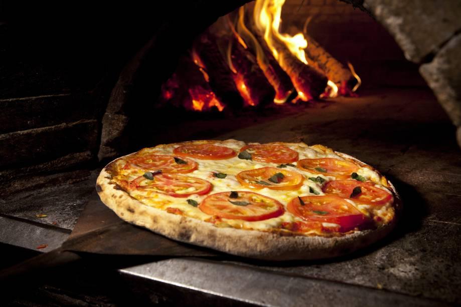 """Pizza de margherita da pizzaria <a href=""""http://www.leonapizzabar.com.br/"""" rel=""""Leona"""" target=""""_blank"""">Leona</a>, em São Paulo"""