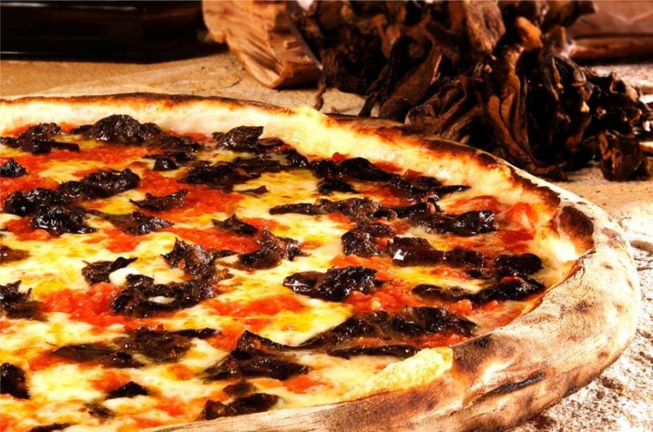 """Pizza de mozzarella com funghi secchi da pizzaria <a href=""""http://www.famigliamancini.com.br/pizza-pasta/"""" rel=""""Famiglia Mancini"""" target=""""_blank"""">Famiglia Mancini</a>"""