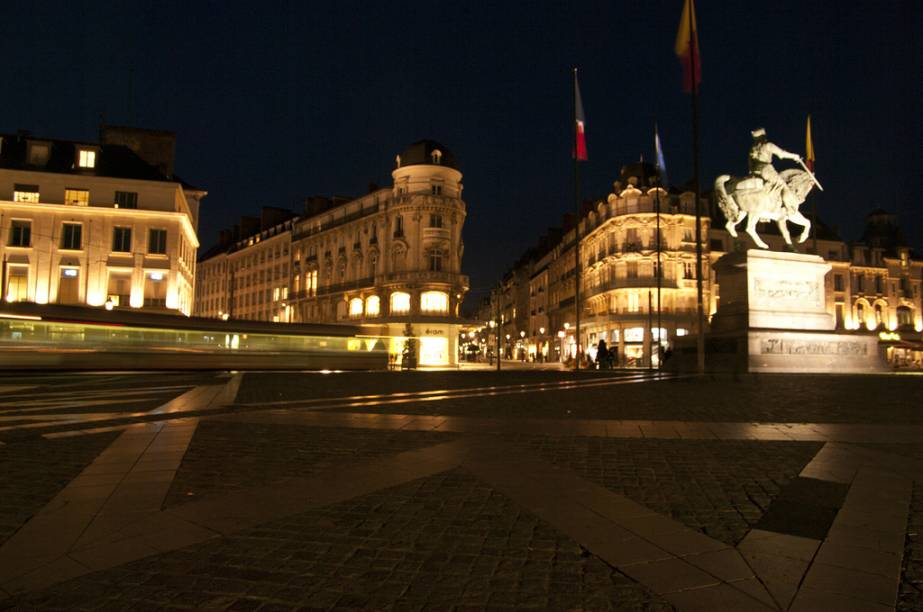 Place du Martroi, em Orléans, com a estátua equestre de Joana dArc dominando a cena