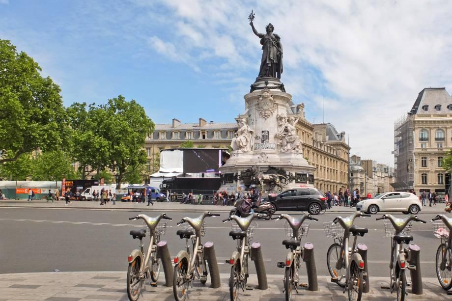 """<strong>Place de la République – <a href=""""http://viajeaqui.abril.com.br/cidades/franca-paris"""" target=""""_blank"""" rel=""""noopener"""">Paris </a>– <a href=""""https://viagemeturismo.abril.com.br/paises/franca-2/"""" target=""""_blank"""" rel=""""noopener"""">França </a></strong> A praça marca o entroncamento de diversas avenidas essenciais da Cidade Luz e um dos principais palcos de manifestações populares, sejam elas culturais ou políticas. A praça é acessível apenas a pedestres e ciclistas. Antigamente era chamada de Place du Château-d'Eau, mas mudou de nome em homenagem à terceira república francesa em 1879. Ela ocupa hoje um espaço onde havia uma porta de saída da cidade de Paris desde o século 12, que ficava em frente à sede da Ordem dos Cavaleiros Templários, mas foi demolida por Napoleão. A Rue du Temple, ali do lado, existe até hoje e é uma das mais velhas da capital francesa<a href=""""https://www.booking.com/searchresults.pt-br.html?aid=332455&sid=d98f25c4d6d5f89238aebe98e11a09ba&sb=1&src=searchresults&src_elem=sb&error_url=https%3A%2F%2Fwww.booking.com%2Fsearchresults.pt-br.html%3Faid%3D332455%3Bsid%3Dd98f25c4d6d5f89238aebe98e11a09ba%3Btmpl%3Dsearchresults%3Bac_click_type%3Db%3Bac_position%3D0%3Bcity%3D20088325%3Bclass_interval%3D1%3Bdest_id%3D-2960561%3Bdest_type%3Dcity%3Bdtdisc%3D0%3Bfrom_sf%3D1%3Bgroup_adults%3D2%3Bgroup_children%3D0%3Biata%3DMOW%3Binac%3D0%3Bindex_postcard%3D0%3Blabel_click%3Dundef%3Bno_rooms%3D1%3Boffset%3D0%3Bpostcard%3D0%3Braw_dest_type%3Dcity%3Broom1%3DA%252CA%3Bsb_price_type%3Dtotal%3Bsearch_selected%3D1%3Bshw_aparth%3D1%3Bslp_r_match%3D0%3Bsrc%3Dsearchresults%3Bsrc_elem%3Dsb%3Bsrpvid%3D8b057a86f24c02d6%3Bss%3DMoscou%252C%2520R%25C3%25BAssia%3Bss_all%3D0%3Bss_raw%3Dmoscou%3Bssb%3Dempty%3Bsshis%3D0%3Bssne%3DNova%2520York%3Bssne_untouched%3DNova%2520York%26%3B&ss=Paris%2C+%C3%8Ele-de-France%2C+Fran%C3%A7a&is_ski_area=&ssne=Moscou&ssne_untouched=Moscou&city=-2960561&checkin_year=&checkin_month=&checkout_year=&checkout_month=&group_adults=2&group_children=0&no_roo"""