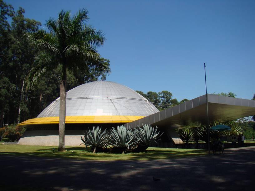 """<strong>São Paulo</strong>    <a href=""""http://viajeaqui.abril.com.br/cidades/br-sp-sao-paulo"""" rel=""""São Paulo"""" target=""""_blank"""">São Paulo</a>? Fala sério! O que uma cidade cinza e sem praia pode oferecer a uma criança? Simples: os melhores museus do país. No<a href=""""http://viajeaqui.abril.com.br/estabelecimentos/br-sp-sao-paulo-atracao-museu-de-arte-de-sao-paulo-masp"""" rel=""""Masp"""" target=""""_blank"""">Masp</a>, ela se deliciará com as cores de Van Gogh e Azul e Rosa, de Renoir. Para os que gostam de esportes, há grandes campos e o bem montado<a href=""""http://viajeaqui.abril.com.br/estabelecimentos/br-sp-sao-paulo-atracao-museu-do-futebol"""" rel=""""Museu no Futebol"""" target=""""_blank"""">Museu do Futebol</a>. No<a href=""""http://viajeaqui.abril.com.br/estabelecimentos/br-sp-sao-paulo-atracao-catavento"""" rel=""""Catavento"""" target=""""_blank"""">Catavento</a>, interatividade e recursos audiovisuais são utilizados à exaustão para mostrar de forma muito divertida princípios da ciência e da tecnologia. Mas não é só isso: elas se divertirão com a variedade de restaurantes da cidade, viajarão pelas estrelas do<a href=""""http://viajeaqui.abril.com.br/estabelecimentos/br-sp-sao-paulo-atracao-planetario-do-ibirapuera"""" rel=""""planetário """" target=""""_blank"""">planetário</a>(foto)do<a href=""""http://viajeaqui.abril.com.br/estabelecimentos/br-sp-sao-paulo-atracao-parque-do-ibirapuera"""" rel=""""Parque do Ibirapuera"""" target=""""_blank"""">Parque do Ibirapuera</a>, para as profundezas de rios e mares no<a href=""""http://viajeaqui.abril.com.br/estabelecimentos/br-sp-sao-paulo-atracao-aquario-de-sao-paulo"""" rel=""""Aquário São Paulo """" target=""""_blank"""">Aquário São Paulo</a>e poderão ver o local onde Dom Pedro I deu o grito da<a href=""""http://viajeaqui.abril.com.br/estabelecimentos/br-sp-sao-paulo-atracao-museu-paulista-do-ipiranga"""" rel=""""independência"""" target=""""_blank"""">independência</a>"""