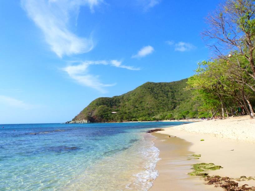 """<strong>Santa Marta</strong>    Localizada no Caribe colombiano, a exótica cidade deSanta Martatem múltiplos encantos, repleto de atividades atrativas para turistas aventureiros que amam a natureza. Uma delas é a Cristal Beach, de um belo mar azul transparente, localizada no Parque Tayrona    <em><a href=""""http://www.booking.com/city/co/santa-marta.pt-br.html?aid=332455&label=viagemabril-cenarios-da-colombia"""" rel=""""Veja preços de hotéis em Santa Marta no Booking.com"""" target=""""_blank"""">Veja preços de hotéis em Santa Marta no Booking.com</a></em>"""