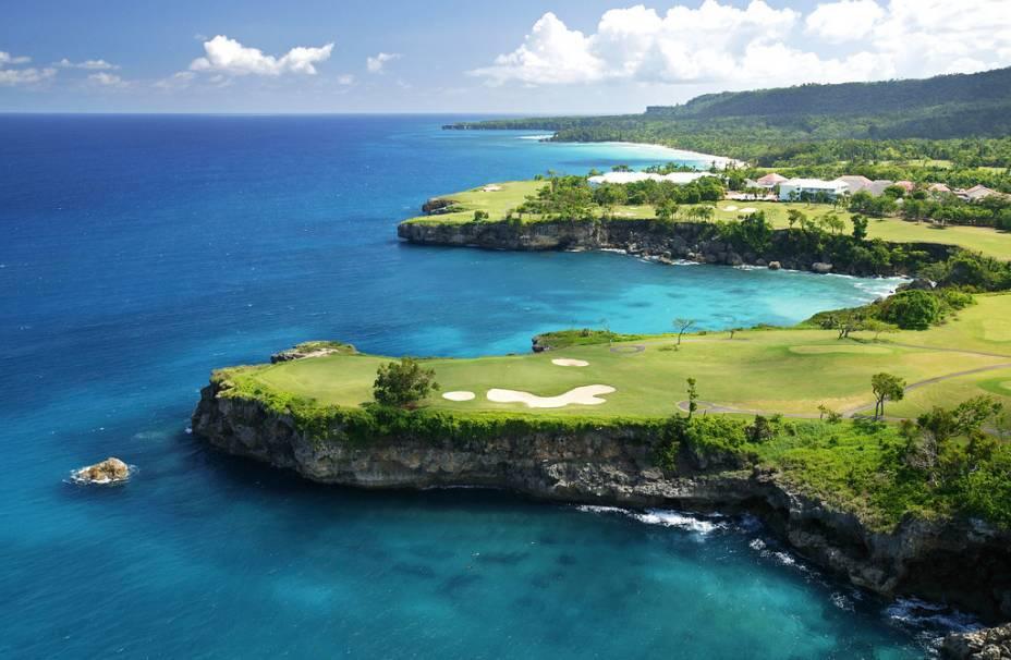 """A ilha de Hispaniola é dividida entre Haiti e <a href=""""http://viagemeturismo.abril.com.br/paises/republica-dominicana/"""">República Dominicana</a>. Em ambos os lados as paisagens são espetaculares, com ótimos resorts e culturas completamente distintas (de um lado francesa, do outro espanhola, mas ambas com alma creole). Aqui uma foto de um campo de golfe em Maria Trinidad Sanchez, do lado dominicano"""