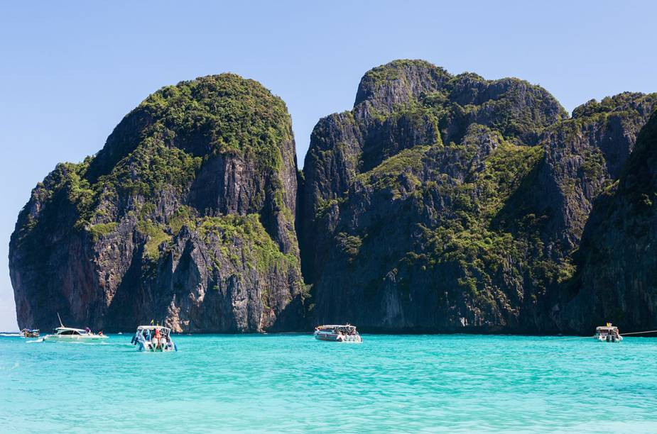 """<strong>5. A Praia (2000)</strong>    A praia que dá nome ao filme é Hat Maya, a principal de <a href=""""http://viajeaqui.abril.com.br/cidades/tailandia-koh-phi-phi"""" rel=""""Koh Phi Phi"""" target=""""_blank"""">Koh Phi Phi</a>, a duas horas de ferry de <a href=""""http://viajeaqui.abril.com.br/cidades/tailandia-phuket"""" rel=""""Phuket"""" target=""""_blank"""">Phuket</a>, na privilegiada costa tailandesa. No longa do diretor Danny Boyle, o personagem de Leonardo DiCaprio vai a <a href=""""http://viajeaqui.abril.com.br/cidades/tailandia-bangcoc"""" rel=""""Bangcoc"""" target=""""_blank"""">Bangcoc</a>à procura de algo """"excitante"""" e acaba chegando até """"a praia"""", o suposto paraíso, onde ele encontra uma comunidade secreta. Com ou sem as palmeiras extras que foram plantadas ali para o filme na tentativa de deixar o paraíso ainda mais paradisíaco, Phi Phi é espetacular. É formada por duas baías com água verde-esmeralda e areia branca como talco. Seu centro tem bares e baladas fervidíssimos e hotéis com bangalôs de bambu na areia que custam menos de US$ 15"""