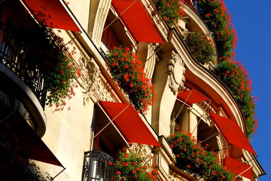 """<strong><a href=""""http://viajeaqui.abril.com.br/estabelecimentos/franca-paris-hospedagem-plaza-athenee"""" rel=""""Hotel Plaza Athénée"""" target=""""_blank"""">Hotel Plaza Athénée</a>, <a href=""""http://viajeaqui.abril.com.br/cidades/franca-paris"""" rel=""""Paris"""" target=""""_blank"""">Paris</a>, <a href=""""http://viajeaqui.abril.com.br/paises/franca"""" rel=""""França"""" target=""""_blank"""">França</a></strong>            Um dos hotéis mais icônicos de Paris também é conhecido por sua charmosa fachada de toldos vermelhos e sacadas adornadas com gerânios"""