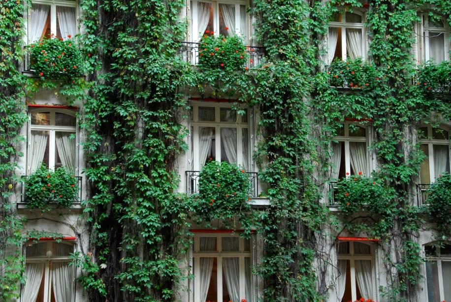 """<strong><a href=""""http://viajeaqui.abril.com.br/estabelecimentos/franca-paris-hospedagem-plaza-athenee"""" rel=""""Hotel Plaza Athénée"""" target=""""_blank"""">Hotel Plaza Athénée</a>, <a href=""""http://viajeaqui.abril.com.br/cidades/franca-paris"""" rel=""""Paris"""" target=""""_blank"""">Paris</a>, <a href=""""http://viajeaqui.abril.com.br/paises/franca"""" rel=""""França"""" target=""""_blank"""">França</a></strong>            Fundado em 1911, o histórico Plaza Athénée é um dos hotéis mais luxuosos da cidade-luz. A parte de trás do prédio exibe um jardim vertical no entorno das janelas"""